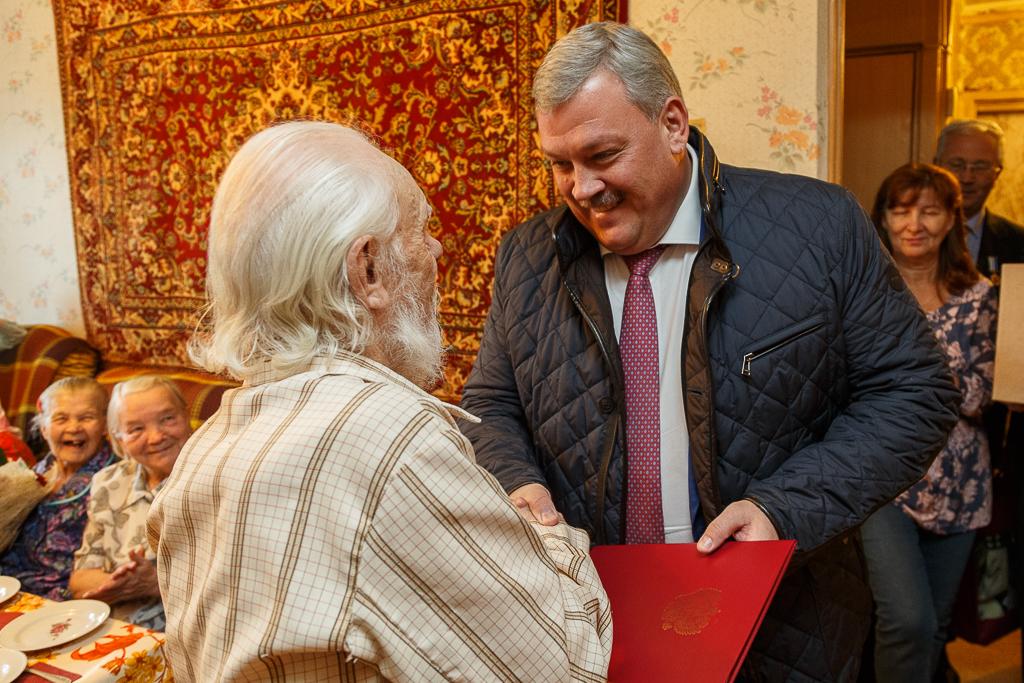 Сергей Гапликов от имени президента России поздравил сыктывкарского ветерана с юбилеем