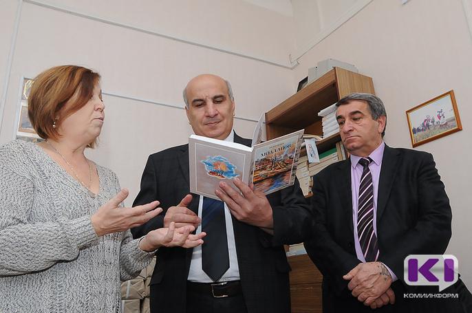 """Вклад в историю: Азербайджанская диаспора подарила Палевицам книги коми писателя """"Мӧдлапӧв"""""""