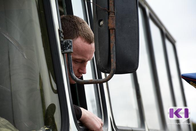 В Коми проработают возможность повысить зарплату водителям школьных автобусов