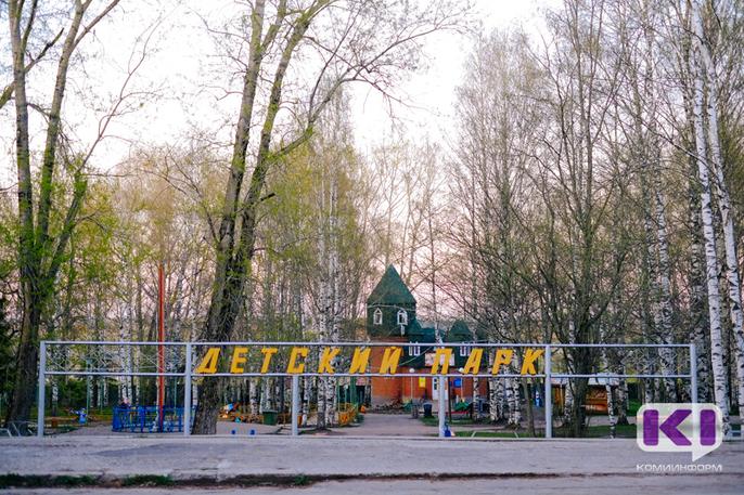 В Кировском парке Сыктывкара завершается установка обновленной детской игровой площадки