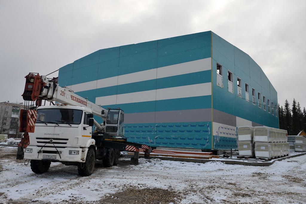 Сергей Гапликов проинспектировал строительство комплекса с бассейном в Сосногорске