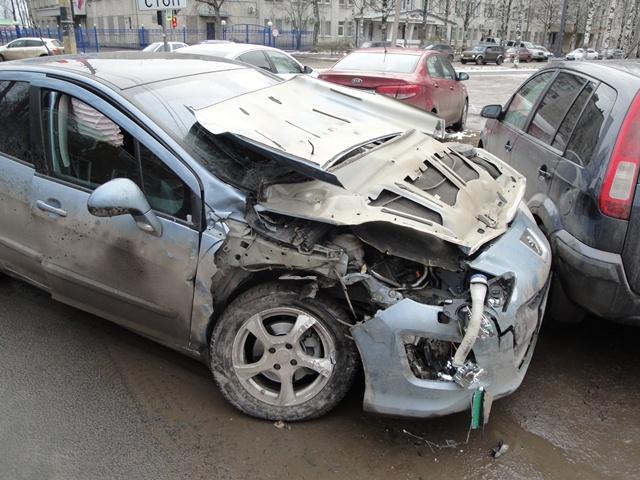 В Сыктывкаре выехавший на красный свет водитель стал виновником тройного ДТП