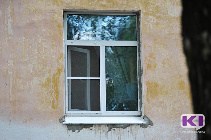 В Сыктывкаре с четвертого этажа едва не выпал ребенок