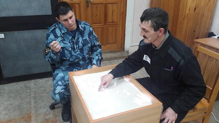 Psihologi-IK-1-vsmatrivayutsya-vo-vnutrennii-mir-osughdennyh-cherez-pesok.jpg