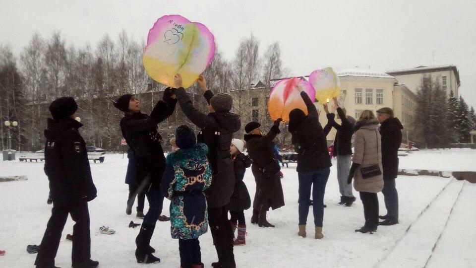 В память о погибших в авариях сыктывкарцы выпустили в небо воздушные фонарики