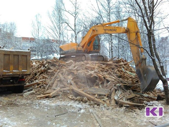 В центре Сыктывкара снесли деревянный дом