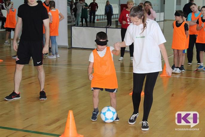 Школьники Сыктывкара и Удоры играли в боччу и футбол для незрячих