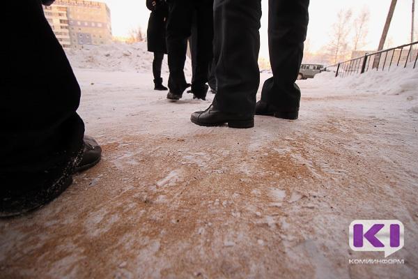 Коммунальные службы круглосуточно подсыпают песчано-соляной смесью пешеходные дорожки и тротуары - мэрия Сыктывкара