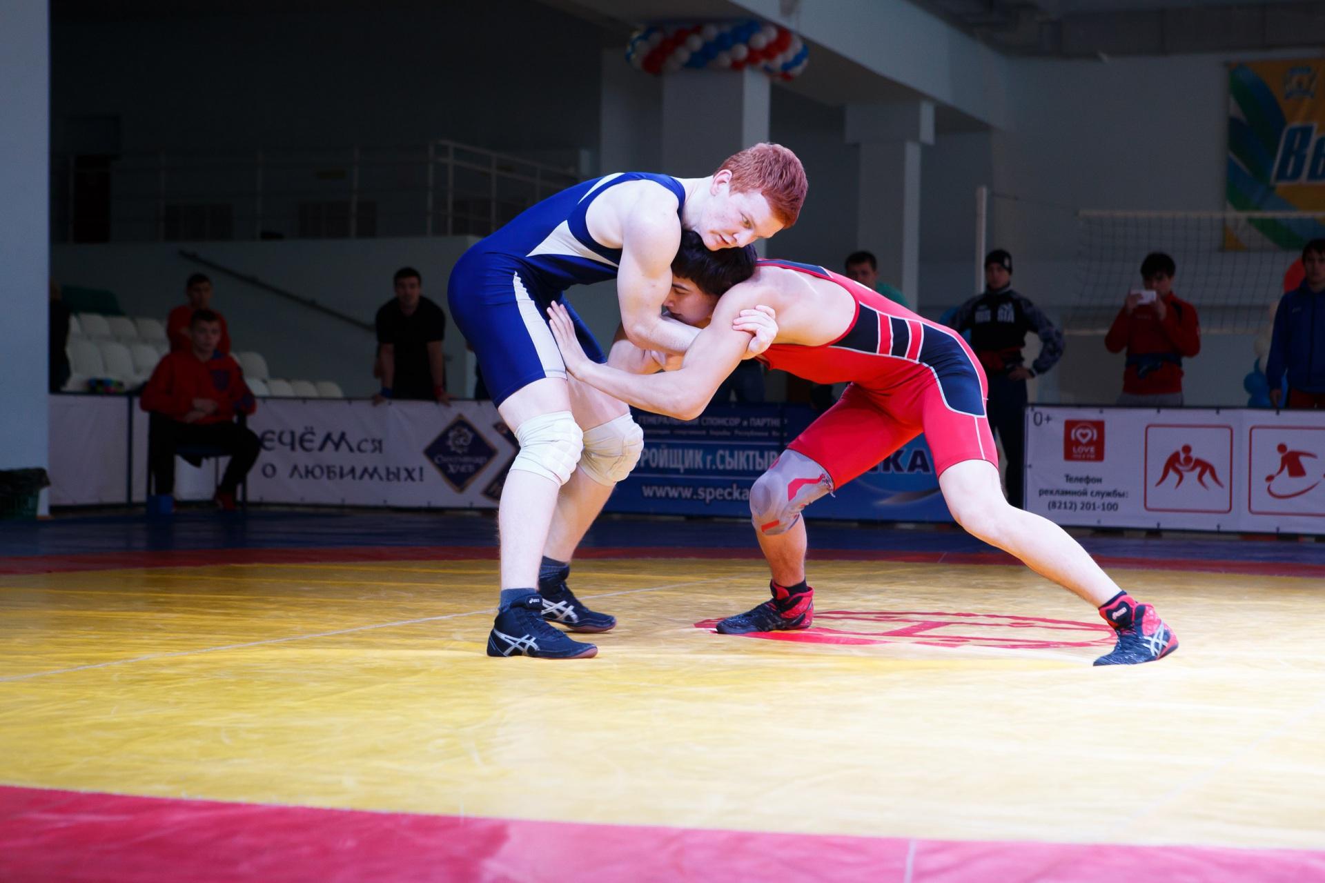 Спортсмены из разных регионов сразились в Сыктывкаре за медали соревнований по вольной борьбе памяти Паршукова
