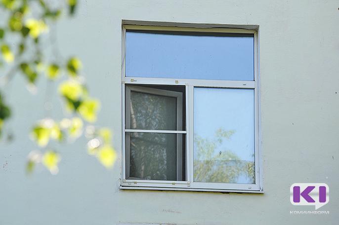 В Печоре из окна выпала пенсионерка