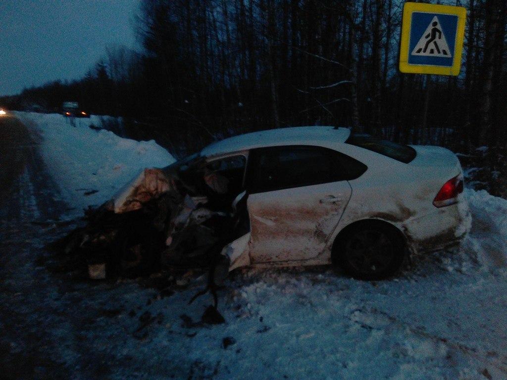 ВКоми легковушка столкнулась с фургоном, оба водителя пострадали
