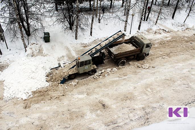 В Сыктывкаре расчищают дороги 30 снегоуборщиков