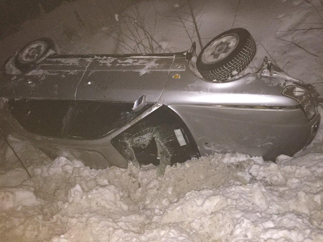 В Сыктывкаре Audi опрокинулся в кювет