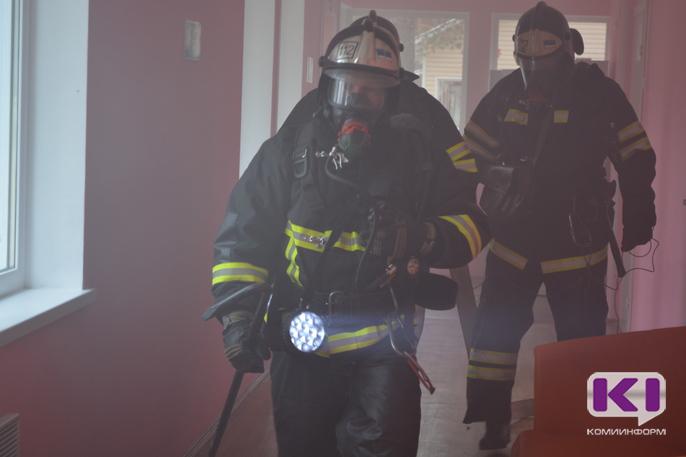 В Воркуте пожарные спасли двоих мужчин