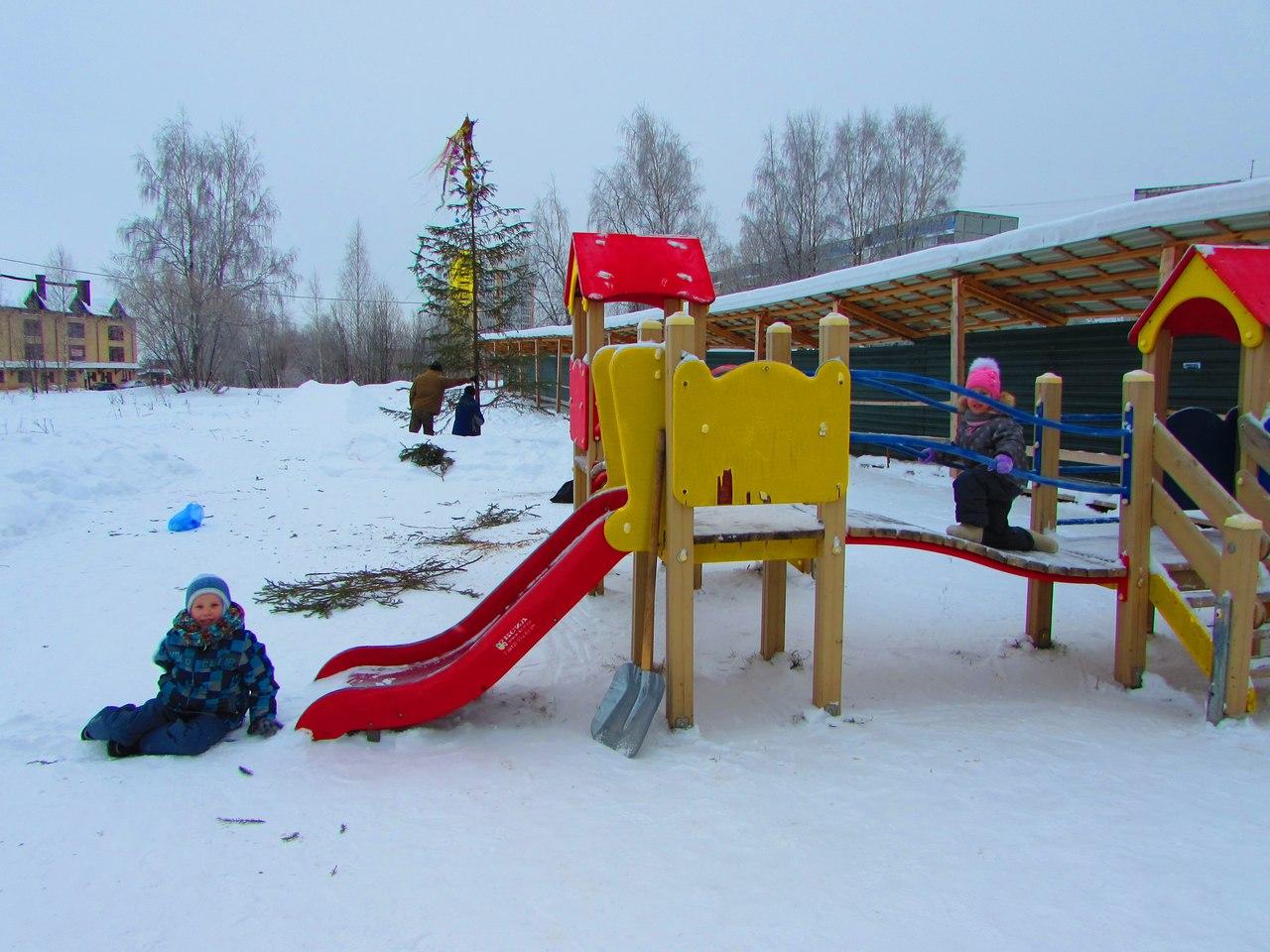 Жители сыктывкарской Орбиты приступили к обустройству новогодней площадки