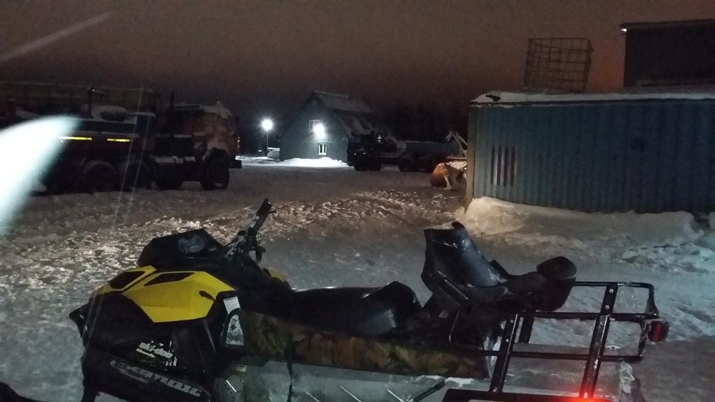 В Усинске водитель снегохода наехал на грузовой контейнер