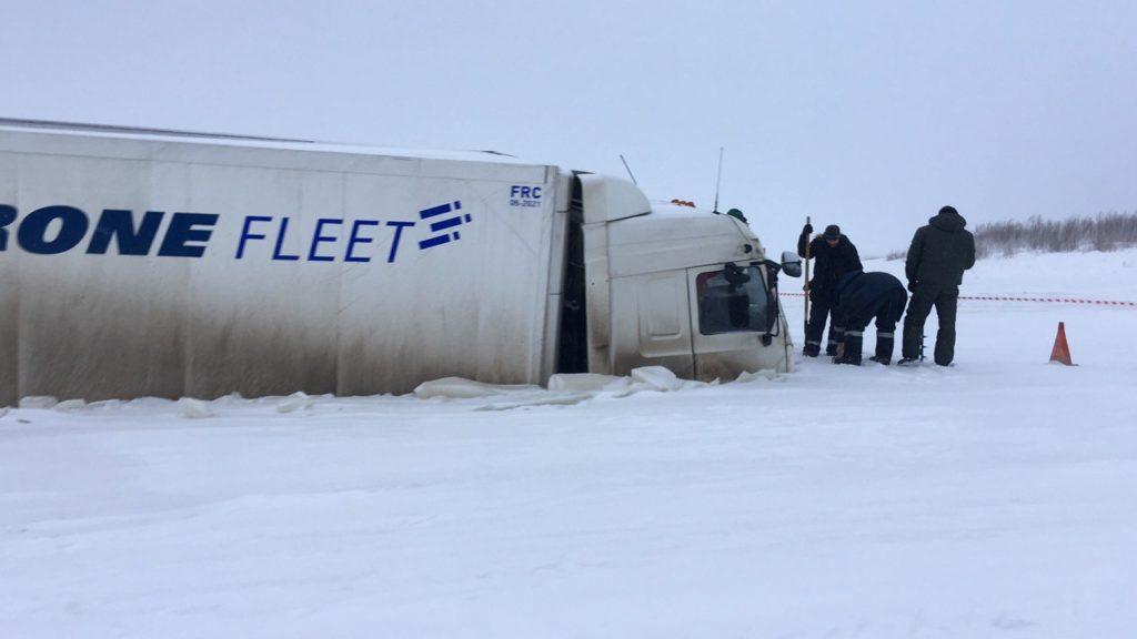 В Печоре 40-тонный МАЗ вызволили из ледяного плена