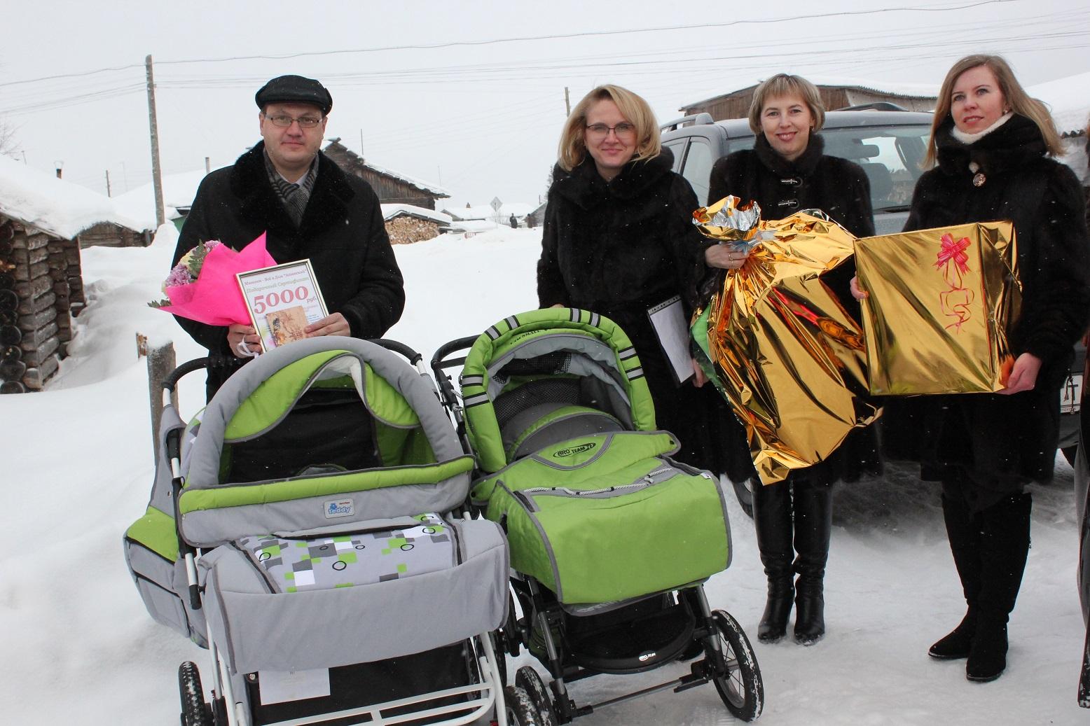 Наталья Михальченкова вручила коляски многодетной семье Усть-Куломского района