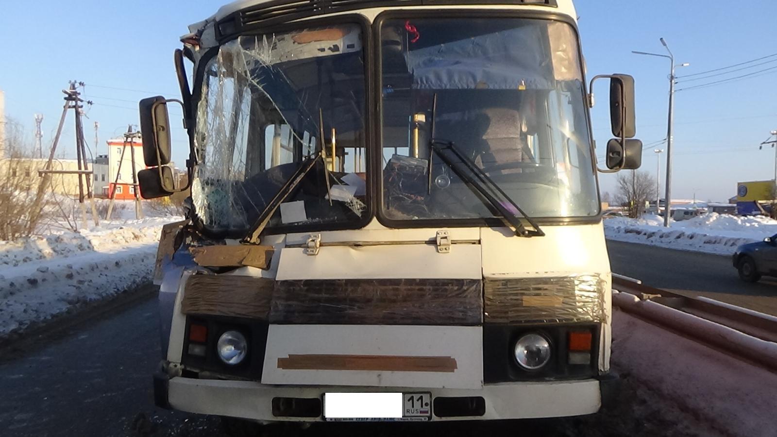 В Сыктывкаре рейсовый автобус столкнулся с КамАЗом