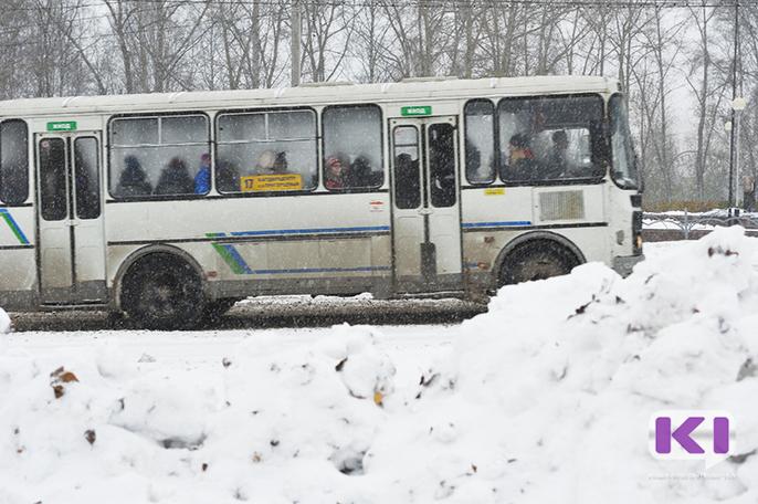 В Сыктывкаре наказали водителя автобуса №17 за разговор по телефону во время движения