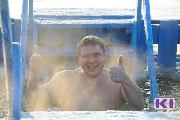 Крещенские купания начались у понтонного моста к сыктывкарскому Заречью