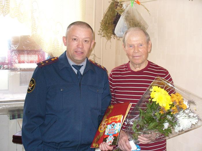 Nachalnik-UK-pozdravil-veterana-UIS-V.-Tarabukina-s-Dnem-Pobedy.JPG