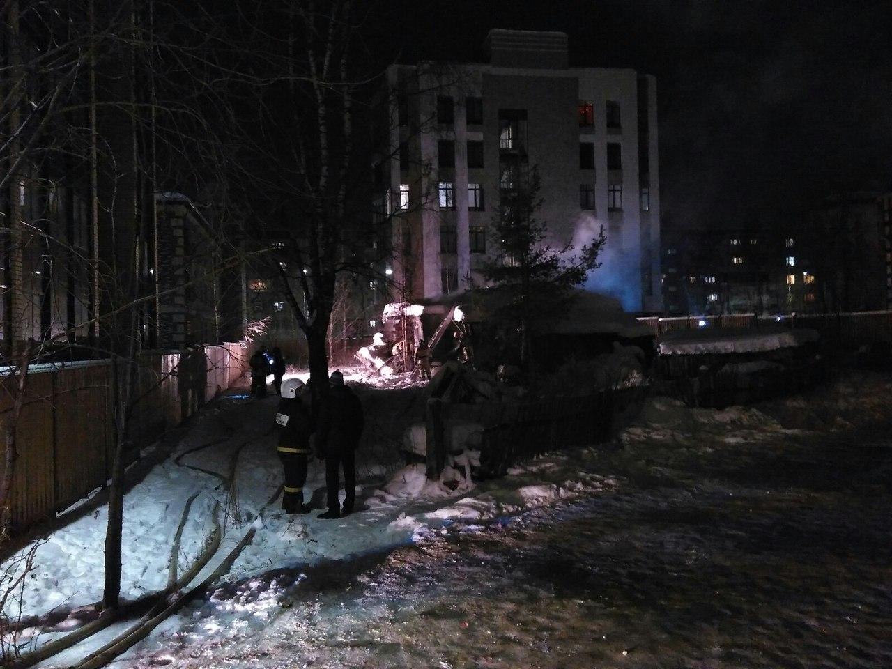 В столице Коми возле Свято-Стефановского собора горит жилой дом