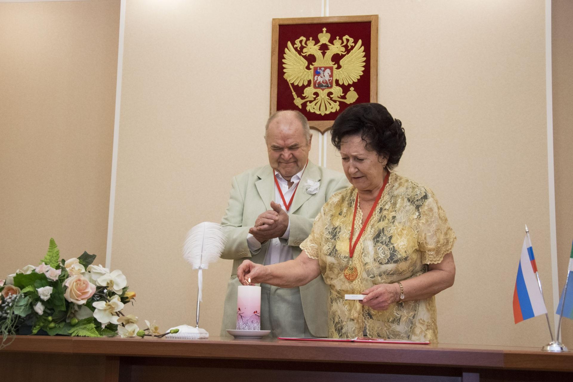Золотые свадебные юбиляры из Ухты получили медали и снова прошли торжественный обряд