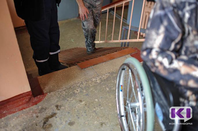 В Сыктывкаре колясочнице с Сысольского шоссе вновь понадобилась помощь спасателей