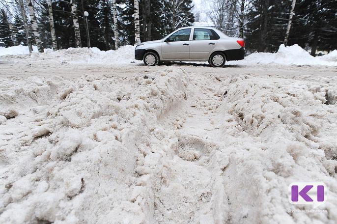 После снегопадов в Объячево передвигаться по селу помогают спасатели