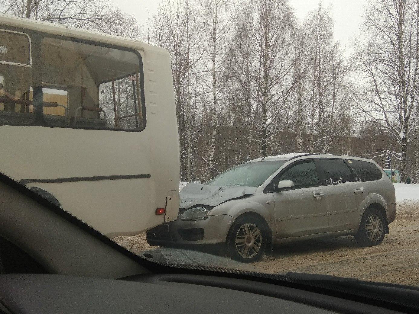 В Сыктывкаре из-за снежного вала на дороге произошло ДТП с автобусом