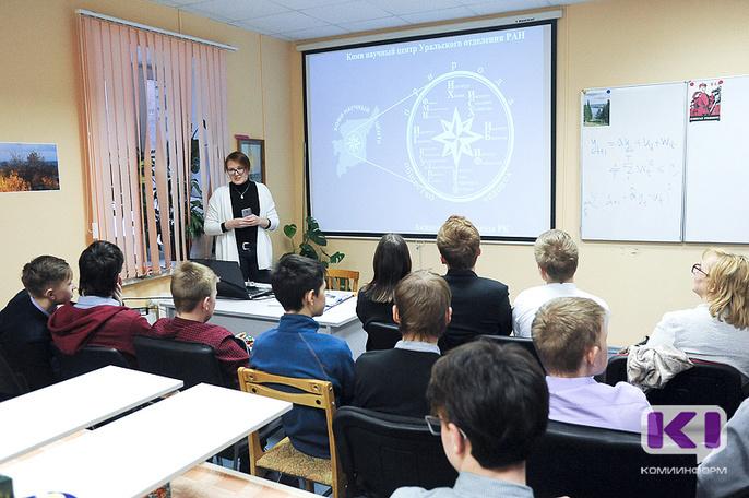 Школьникам Коми рассказали об экспериментальных исследованиях на примере спиннеров и карандашей