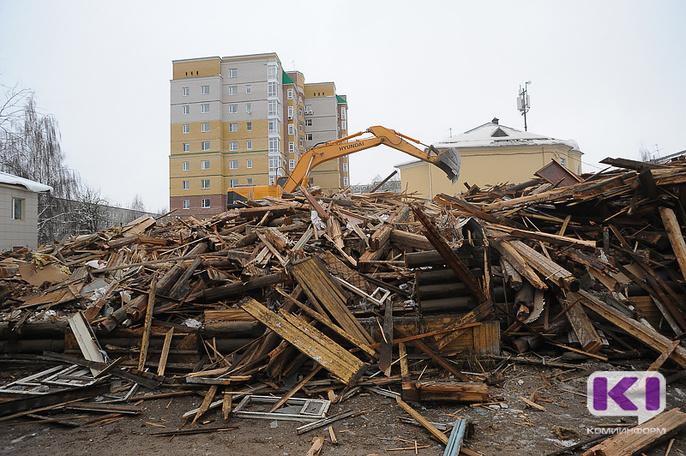 """В Сыктывкаре из-за жильцов, вовремя не освободивших помещения, не смогли снести пять """"деревяшек"""""""
