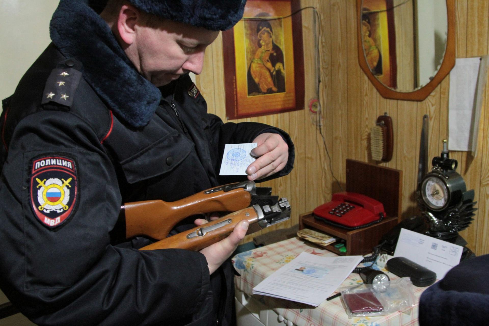 Во время полицейского рейда в Яснэге у МВД по Коми попросили постоянного участкового