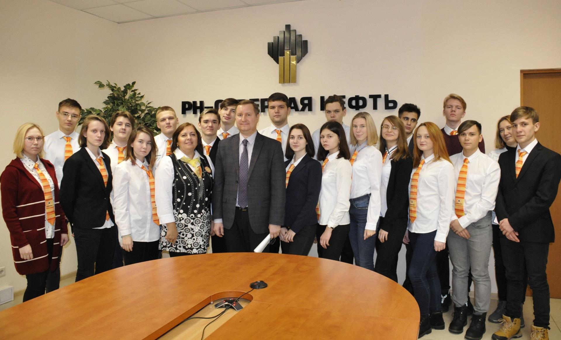 Vstrecha-uchenikov-Rosneft-klassa-p.-iskatelei-s-professionalami-RN---Severnaya-neft.JPG