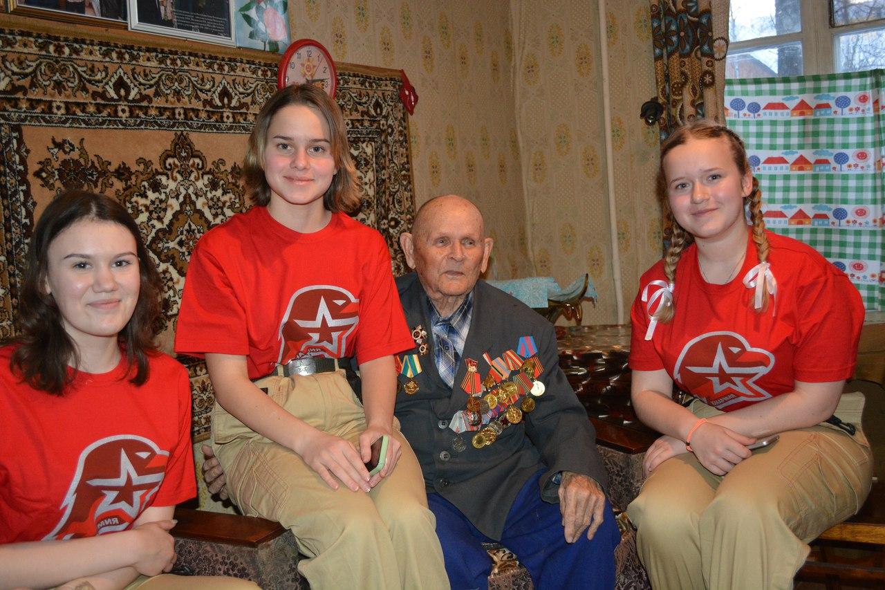 98-летний ветеран из Сыктывкара показал юнармейцам пример силы и долголетия