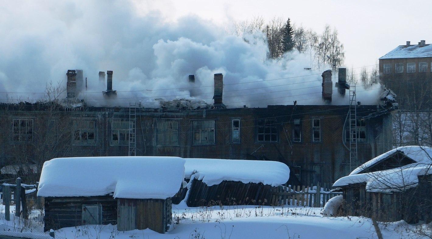 В поселке Щельяюр рядом с администрацией горел многоквартирный дом