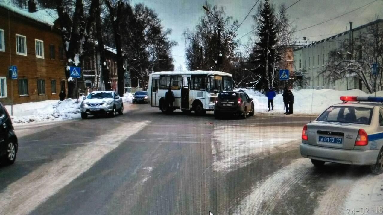 В Сыктывкаре легковой автомобиль врезался в рейсовый автобус