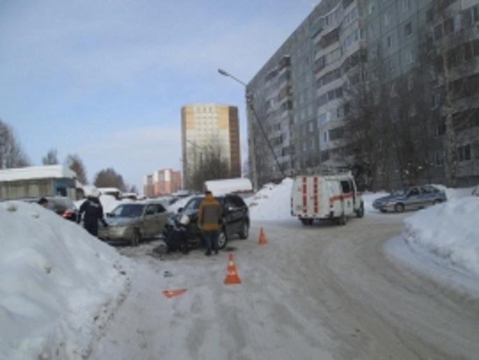В сыктывкарском дворе не разъехались два автомобиля