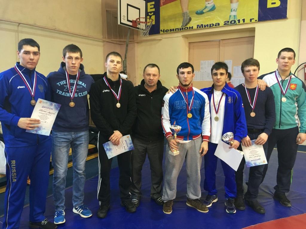 Спортсмены Коми завоевали десять медалей Первенства СЗФО по вольной борьбе