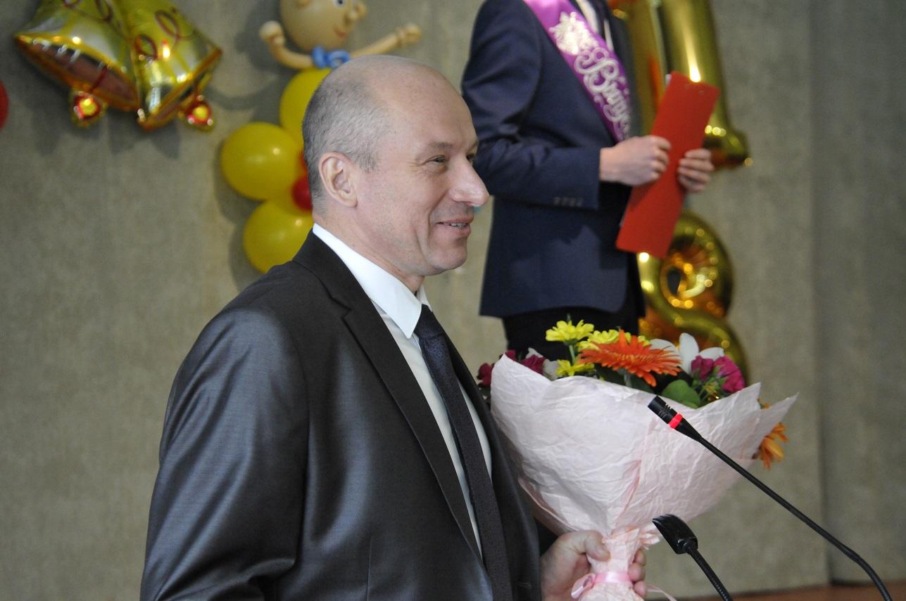 Uchenikov-i-pedagogov-pozdravlyaet-A.-Chernotkach.jpg