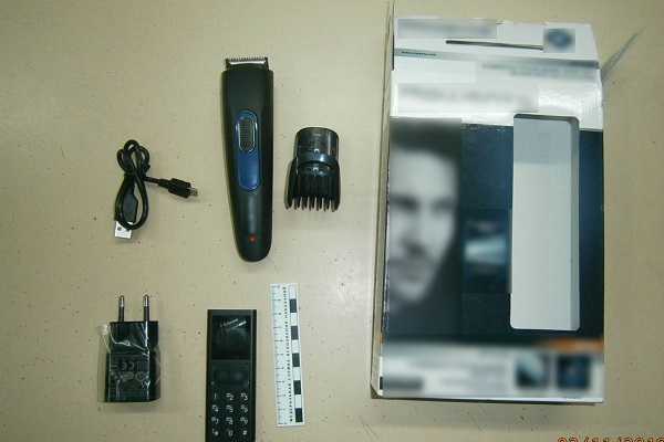 1.-Pri-dosmotre-peredachi-v-korobke-ot-maschinki-dlya-strighki-volos-obnarugheny-i-izyaty-sotovyi-telefon-zaryadnoe-ustroistvo-i-provod-USB.jpg