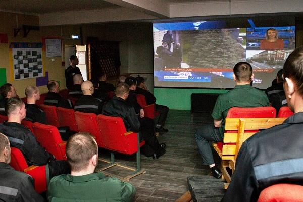 3.-V-klube-uchreghdeniya-na-bolschom-ekrane-organizovali-pryamuyu-teletranslyaziyu-Parada-pobedy-na-Krasnoi-ploschadi.jpg