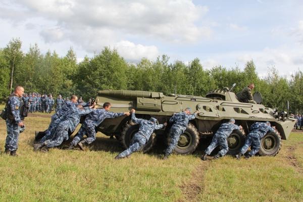 4.-Silu-i-vynoslivost-sotrudniki-UFSIN-pokazali-v-tolkanii-BTR.jpg