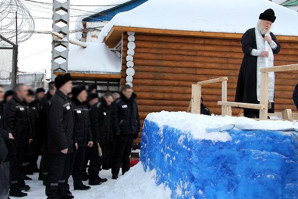1.-Nastoyateli-hramov-okormlyayuschie-ispravitelnye-uchreghdeniya-proveli-vodosvyatnye-molebny-dlya-osvyascheniya-vody-v-kupelyah.jpg