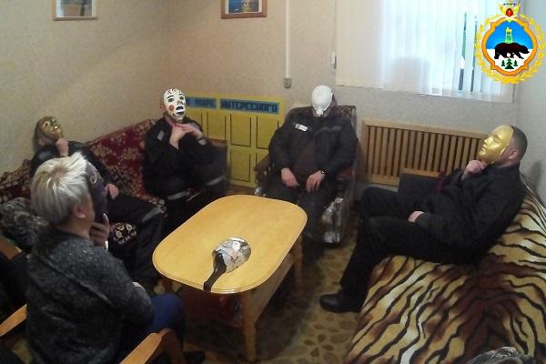 3.Osughdennye-IK-1-vmeste-s-psihologami-izgotovili-maski-iz-pape-masche-i-popytalis-posmotret-na-sebya-so-storony.jpg