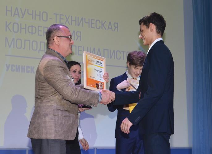 S.-Belov-nagraghdaet-schkolnikov-i-studentov---uchastnikov-NTK2.JPG