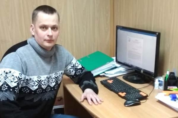 3.-Pomoschnik-yurista-upravlyayuschei-kompanii-Vasilii-Karabanov-na-rabochem-meste.jpg