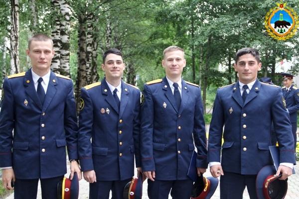 3.V-UFSIN-Komi-vrucheny-diplomy-vypusknikam-obrazovatelnyh-organizazii-FSIN-Rossii.JPG