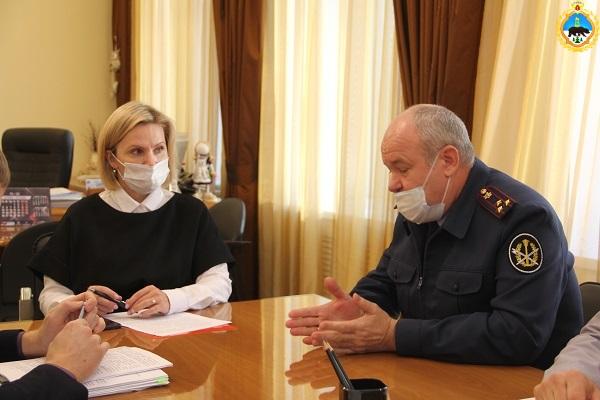 1.Nachalnik-UFSIN-Komi-Dmitrii-Konovalov-provel-rabochuyu-vstrechu-s-ministrom-obrazovaniya-Komi-Natalei-Yakimovoi.jpg
